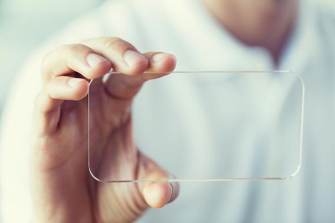透明なケースを持った人の画像