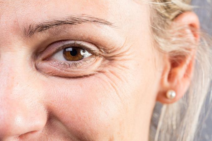 年配女性の目元のアップ画像