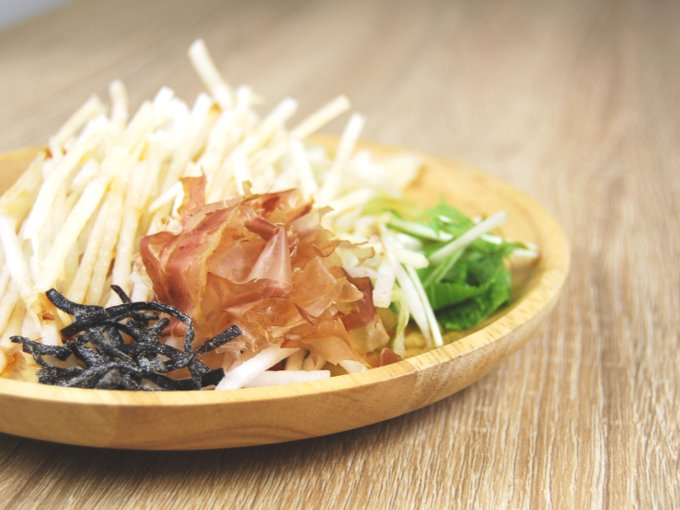お皿に移した「大根のおつまみサラダ」のアップ画像
