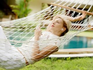 ハンモックで寝ている女性の画像