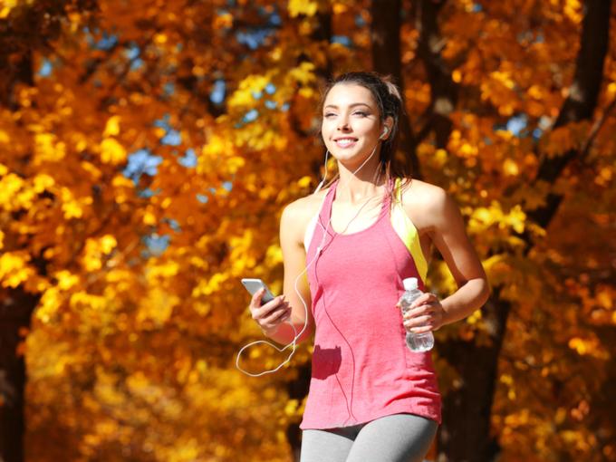ジョギングしている女性の画像