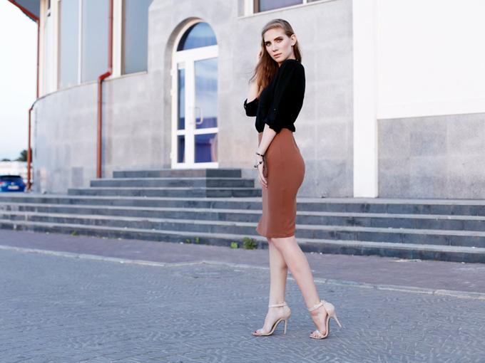タイトスカートのヒップラインが美しい女性