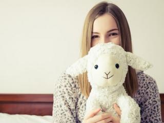 羊を持つ女性