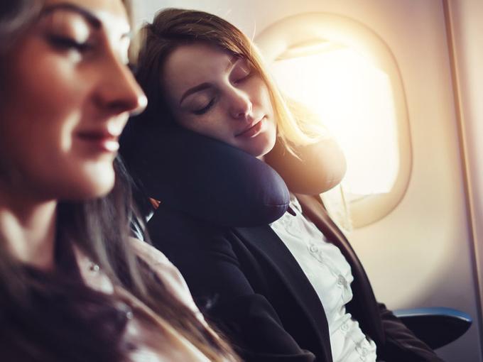 飛行機に乗る女性の画像