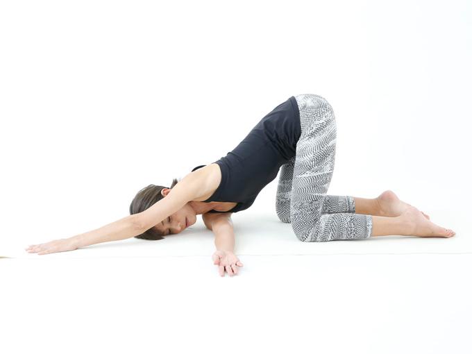 左腕を頭の方向に伸ばし頭を床につける