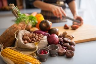 秋の果物や木の実を調理しているイメージ画像