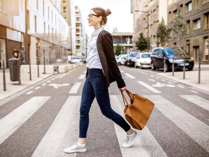 道路を歩いている女性の画像