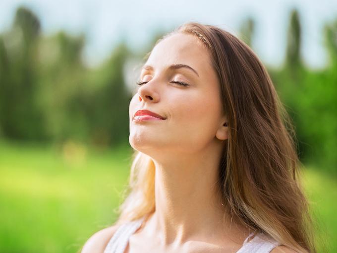 新鮮な空気を吸っている女性の画像