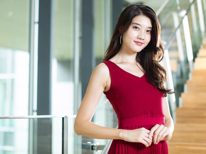 赤いドレスの小田はるかさん