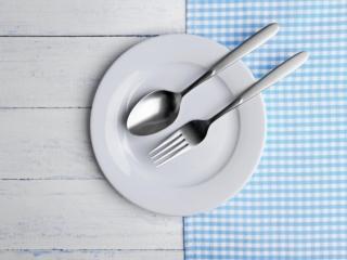 小さめのお皿とフォークスプーン