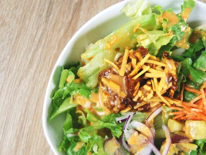 お皿に入った「タッカルビ風雑穀入りサラダ」のアップ画像