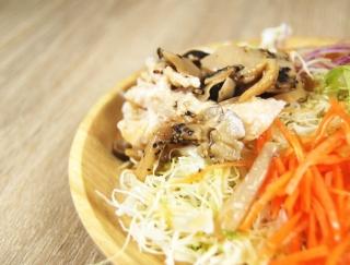 うま味たっぷり×しっとり食感の絶妙コンビネーション!ファミマの新作「きのことサラダチキンのサラダ」が大反響