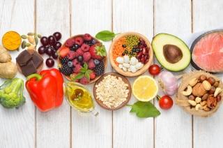 野菜、果物、フルーツ、ナッツなどが並んでいる画像