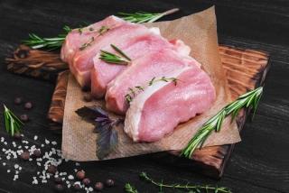 木のまな板の上に豚肉3枚