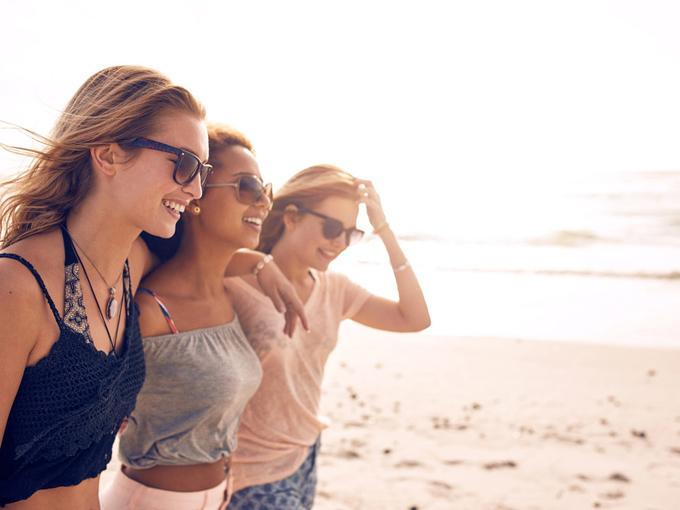 友だちと笑う女性