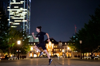 東京駅をバックにナイトランするヤハラリカ