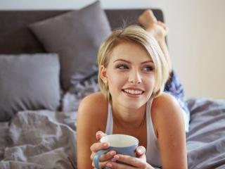カフェラテを飲む女性