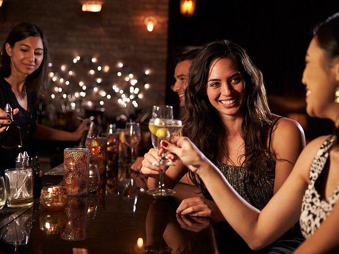 笑顔で乾杯する女性2人