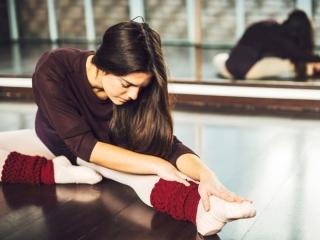 ストレッチをする女性ダンサー