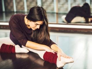 体のこりを取ると美尻効果もアップ!バレエダンサー考案の簡単ストレッチ「床バレエ」とは
