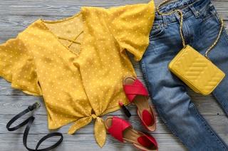 サンダルと洋服が無造作に置かれている画像