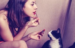 赤い口紅を塗っている女性の画像