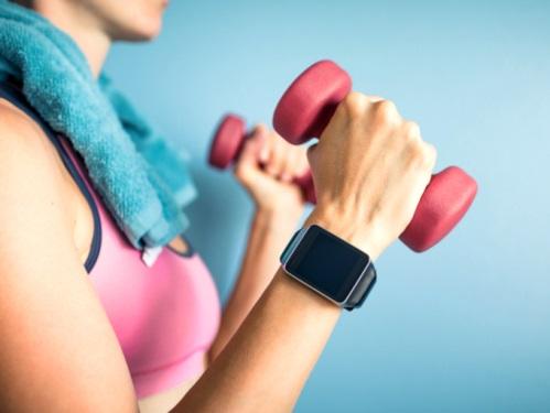 運動している女性の手元