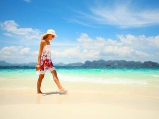 浜辺を歩いている女性の画像