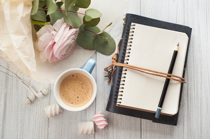 机の上にノートと鉛筆