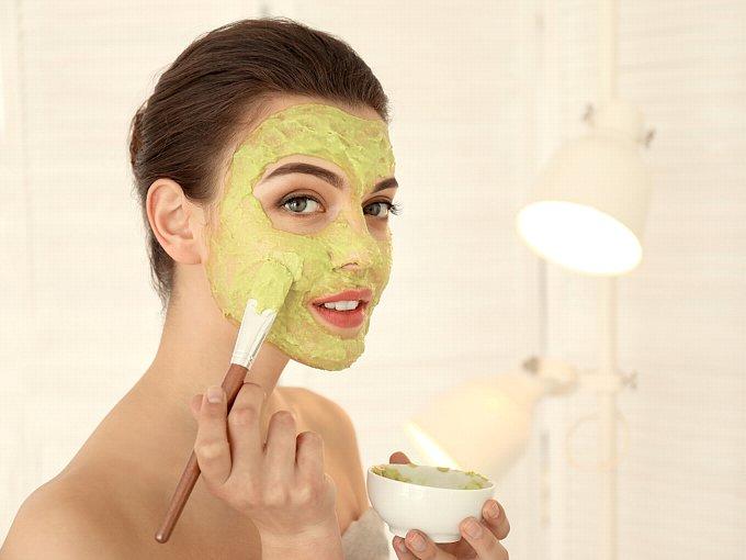 アボカドパックを顔に塗る女性