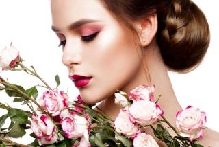 赤いアイシャドウを塗った女性の画像