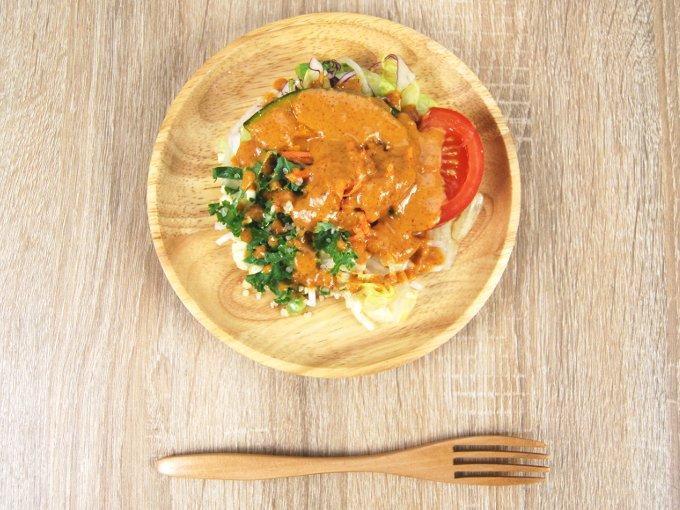 お皿に移した「かぼちゃとキャロットラペのサラダ」の画像
