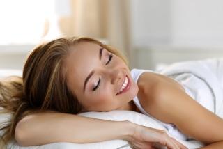 笑顔で寝ている女性