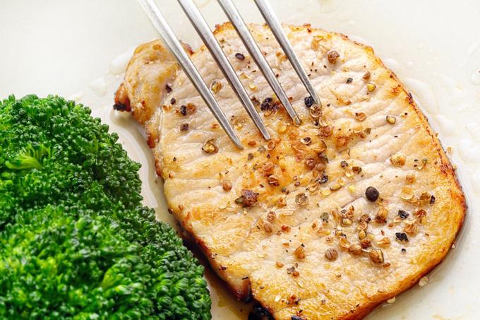 豚肉のソテーとブロッコリー