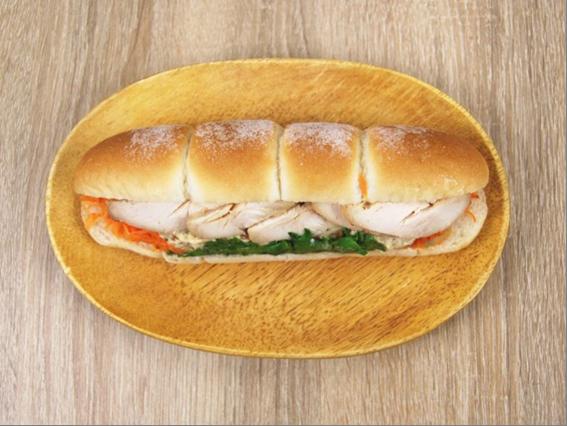 お皿に移した「直火焼ローストチキン(マスタードソース)」の画像