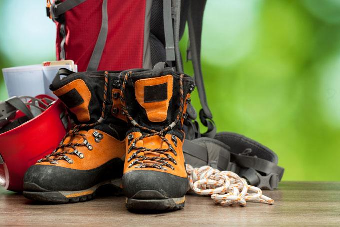 登山用リュックとロープと靴の画像