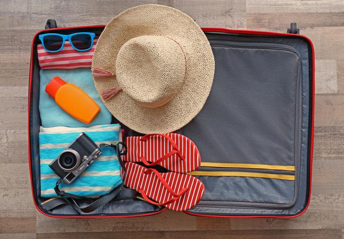 荷物がつめられたスーツケースの画像