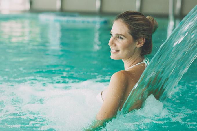 水を浴びている女性の画像