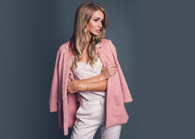 上着を羽織る女性