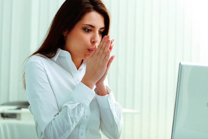 オフィスで冷えた手を温めている女性