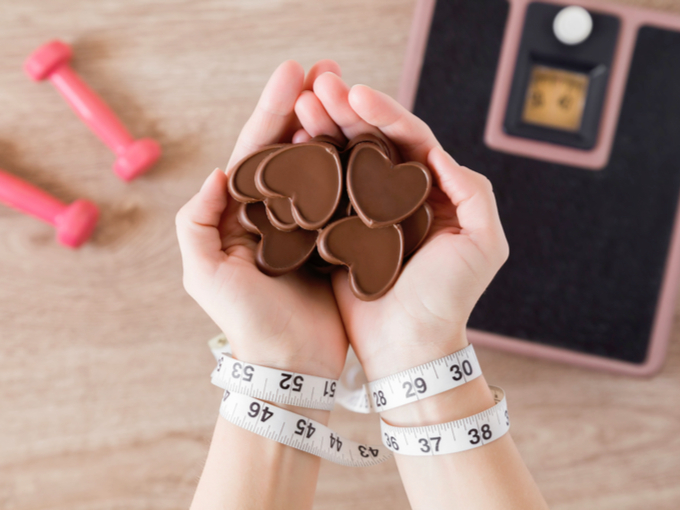 チョコレートを持っている女性の手