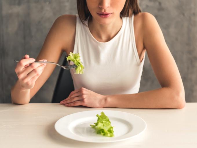 レタスだけを食べる女性