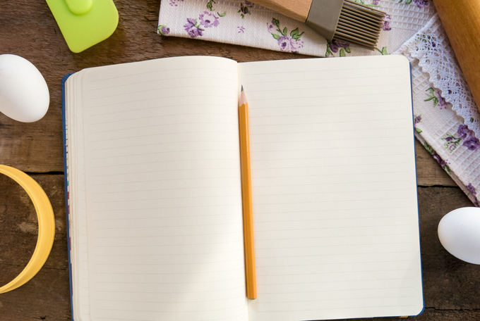 開いたノートの間に鉛筆