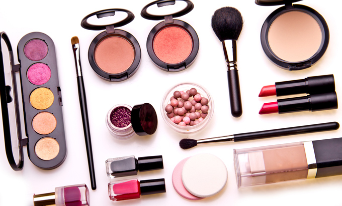 たくさんの化粧品が無造作に置いてある画像