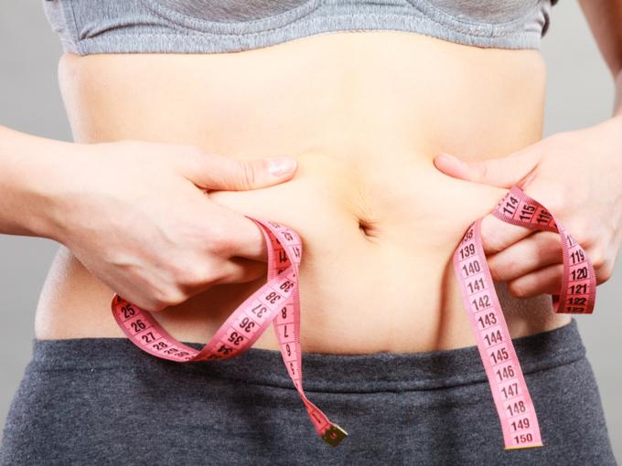 お腹に脂肪がついている女性