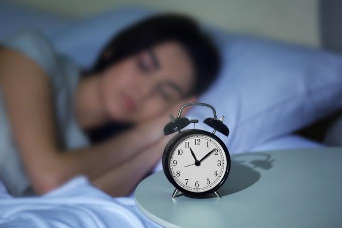 23時すぎに眠りについている女性