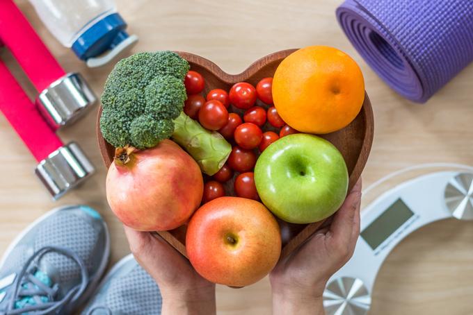 フルーツや野菜が入った器とトレーニングアイテムの画像