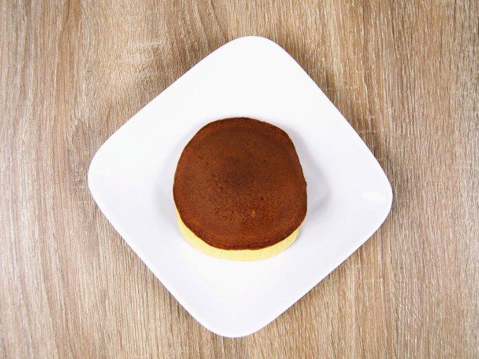 お皿に出した「イタリア栗のもっちりとした生どら焼」の画像
