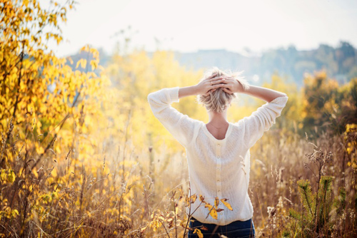 自然の中に立つ女性
