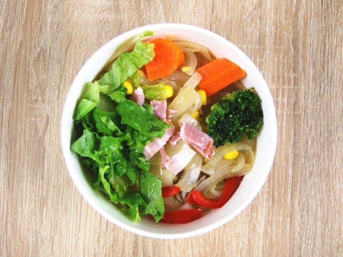 容器のふたを外した「1/2日分の野菜が摂れるコンソメスープ」の画像